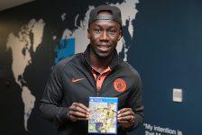 Manchester_Citys_Bacary_Sagna_receives_his_FIFA_17_game_A17Q5987